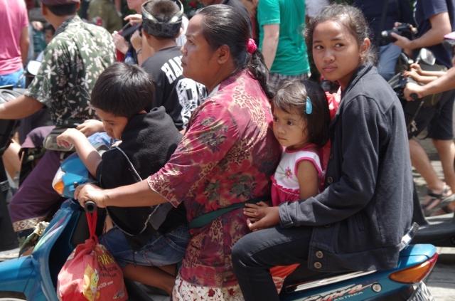 anya és gyerekekek motoron