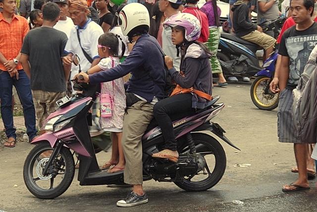 apa motorozik lányaival