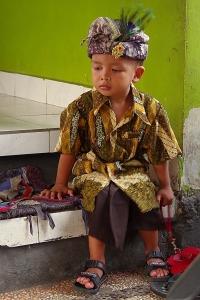 kisfiú ünnepi ruhában