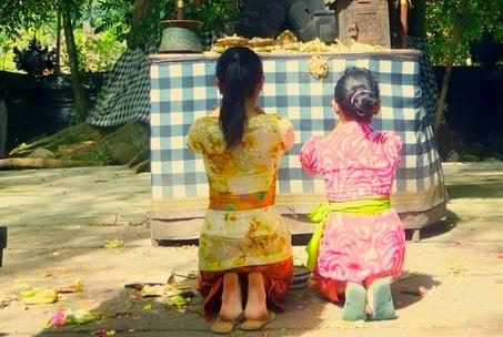 kislányok imádkoznak